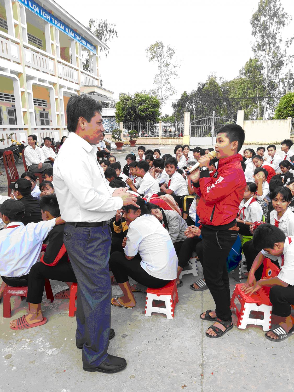 Đại diện học sinh hứa thực hiện tốt các nội dung thầy Nguyễn Tân Công và thầy Trương Khắc Dũng đã triển khai.